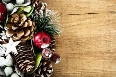 Julprydnadar på träbakgrund Copyspace Arkivbild