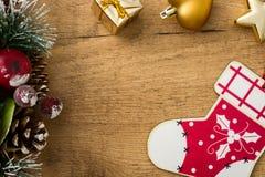 Julprydnadar på träbakgrund Copyspace Royaltyfri Bild