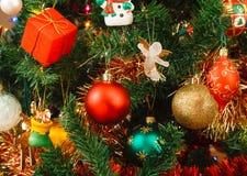 Julprydnadar på tree Arkivbild
