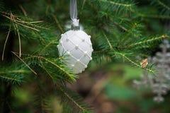 Julprydnadboll på en julgran Arkivbild