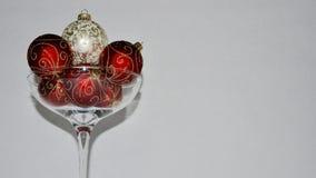 Julprydnader in över storleksanpassat champagneexponeringsglas arkivfoton