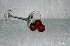 Julprydnader in över storleksanpassat champagneexponeringsglas royaltyfria foton
