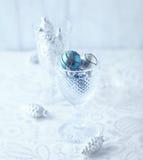 Julprydnader i ett exponeringsglas Royaltyfria Foton