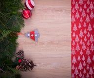 Julprydnader med det röda bandet, sörjer trädet och kottar arkivfoto