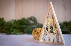 Julprydnader med snö, sörjer trädet och xmas-ljus Arkivfoto