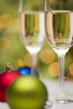 Julprydnader och Champagne Glasses på snö Royaltyfri Bild