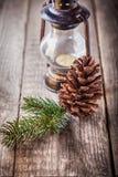 Julprydnader och gammal lampa på lantligt trä Royaltyfria Bilder
