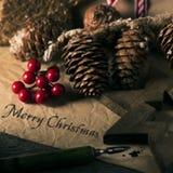 Julprydnader och glad jul för text royaltyfria bilder