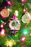 Julprydnader och ljus på ett träd Arkivbild