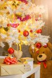 Julprydnader och nallebjörn royaltyfria foton