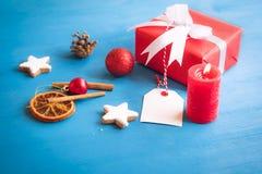 Julprydnader och röd gåva arkivfoto