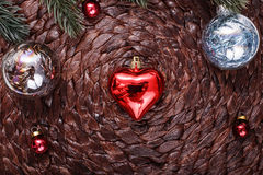Julprydnader och xmas-träd på mörk feriebakgrund Xmas-tema och lyckligt nytt år Royaltyfri Foto