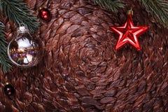 Julprydnader och xmas-träd på mörk feriebakgrund Xmas-tema och lyckligt nytt år Royaltyfri Fotografi