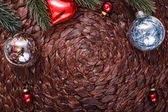 Julprydnader och xmas-träd på mörk feriebakgrund Xmas-tema och lyckligt nytt år Arkivbild