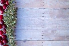 Julprydnader på en wood bakgrund Arkivbilder