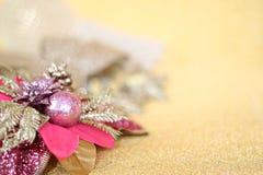 Julprydnader på guld blänker belysningbakgrund Royaltyfria Foton