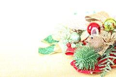 Julprydnader på guld blänker belysningbakgrund Royaltyfri Foto
