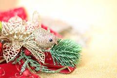 Julprydnader på guld blänker belysningbakgrund Arkivfoton