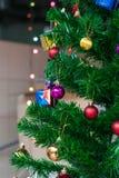 Julprydnader som hänger på julgranen Arkivbild