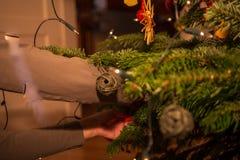 Julprydnader st?nger sig upp arkivbild
