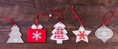 Julprydnadlägenheten lägger på nedfläckad träbakgrund arkivfoton