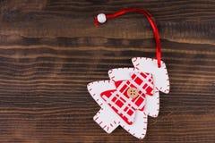 Julprydnadlägenheten lägger på nedfläckad träbakgrund royaltyfri foto