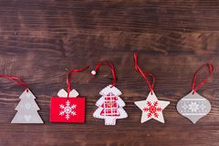 Julprydnadlägenheten lägger på nedfläckad träbakgrund royaltyfri fotografi