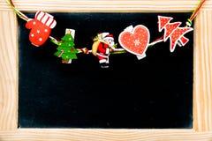 Julpynt över den svart tavlan för tappning med träramen Royaltyfri Fotografi
