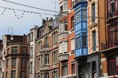Julpynt blev i position i en gata av Lille (Frankrike) Fotografering för Bildbyråer