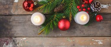 Julpynt brinnande stearinljus som är prydliga på en träbakgrund Begrepp för `s för nytt år vykort arkivbild