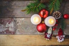 Julpynt brinnande stearinljus som är prydliga på en träbakgrund Begrepp för `s för nytt år vykort royaltyfria foton