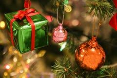 Julpynt eller ljus för julträd förbereder sig för firar dagen, abstrakt Bokeh ljust bra bruk för bakgrund Arkivbilder