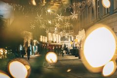 Julpynt för advent för Graz stadsgator vid natt Sköt är arkivfoto