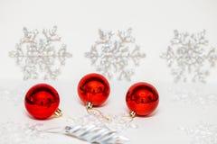 Julpynt för julgranen på en kulör bakgrund fotografering för bildbyråer