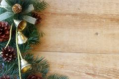 Julpynt - filialer av barrtr?d med garneringar p? en tr?bakgrund arkivbild