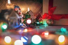 Julpynt gåvor, brännande stearinljus, girlander, ljus Royaltyfri Foto