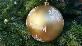 Julpynt guld- boll med snöflingor royaltyfria foton