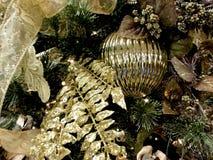 Julpynt, guld och gräsplan arkivbild