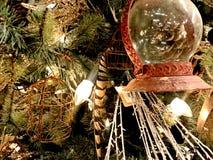 Julpynt, guld och gräsplan fotografering för bildbyråer