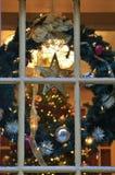 Julpynt i fönstret arkivbilder