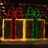 Julpynt i form av askar med gåvor på en stadsgata arkivfoton