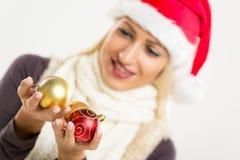 Julpynt i händerna av Santa Helper Royaltyfria Bilder