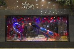 Julpynt i shoppafönstret av en parisiska Galeries Royaltyfri Fotografi
