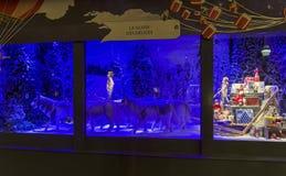 Julpynt i shoppafönstret av en parisiska Printemps Royaltyfria Foton