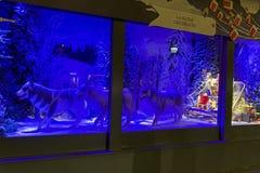 Julpynt i shoppafönstret av en parisiska Printemps Arkivfoto