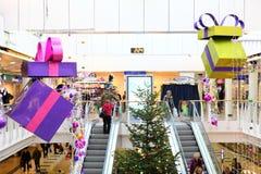 Julpynt i shoppinggalleria arkivbilder