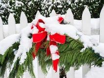 Julpynt i snö Arkivbild