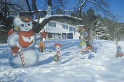 Julpynt i snö, Woodstock, NY Arkivbild