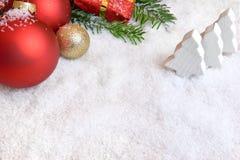Julpynt i snowen arkivbild