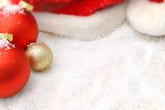 Julpynt i snowen arkivfoton